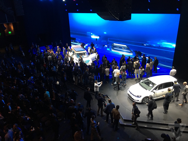 ASTOUND_Volkswagen_CES2016_Crowd